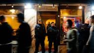Polizisten sichern eine Shisha-Bar während einer Razzia (Symbolbild).