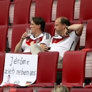 Anhänger der deutschen Fußballnationalmannschaft vor dem Freundschaftsspiel gegen die Slowakei in Augsburg