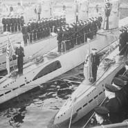 Klar Schiff: Am 9. November 1935 wird in Kiel die neue Seekriegsflagge für die deutsche Marine enthüllt. Die Aufrüstung der Streitmächte war eine von vielen nationalsozialistischen Maßnahmen, um Deutschland auf den Krieg vorzubereiten.