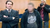 Kreshnik B. neben seinem Verteidiger Mutlu Günal zum Prozessauftakt am Montag im Oberlandesgericht Frankfurt