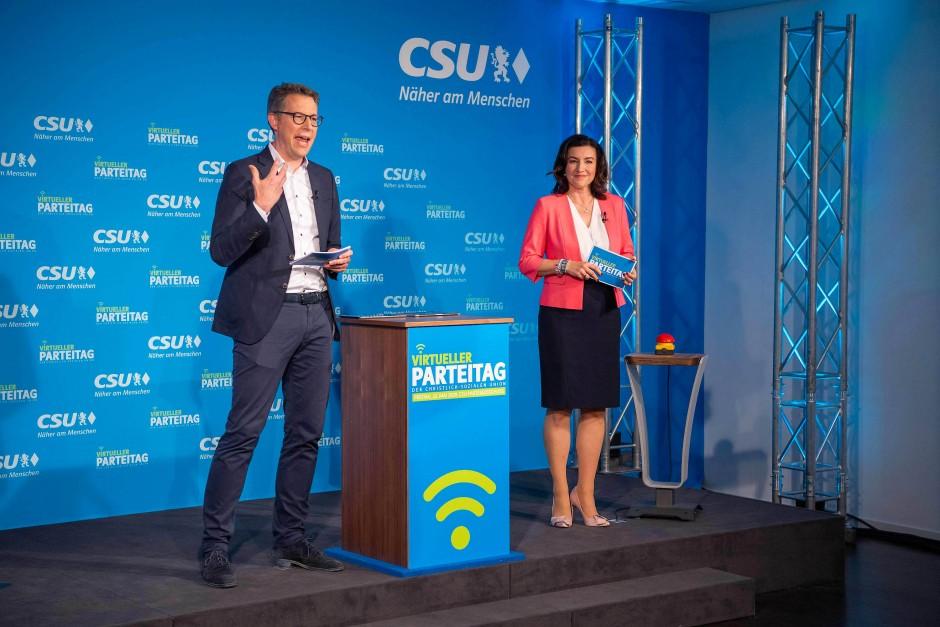 Dorothee Bär, Markus Blume und der Applaus-Knopf am Freitag in München