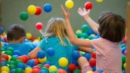 Kinder spielen im August 2018 in Osnabrück in einem Bällebad in einer Kindertagesstätte (Symbolbild).