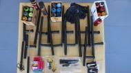 Sortiment für den Klassenkampf: Diese Waffen wurden bei den Betreibern von linksunten.indymedia gefunden.