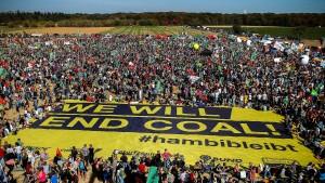Zehntausende demonstrieren friedlich gegen Rodung