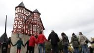 Demonstranten vor dem Bischofssitz in Limburg