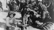 Armenische Flüchtlinge aus dem Osmanischen Reich sitzt 1915 in Syrien auf dem Boden.