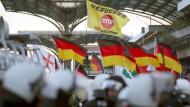 Pegida-Anhänger sammeln sich am Kölner Hauptbahnhof.