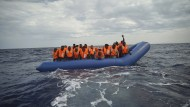 Migranten in einem Boot auf dem Mittelmeer