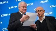 Der damalige CSU-Vorsitzende Horst Seehofer (links) und der Landtagsabgeordnete Alfred Sauter schauen sich vor Beginn der Sitzung des CSU-Vorstands am 17. Dezember 2018 einen Brief an.