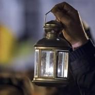 Ein Demonstrant der Pegida-Bewegung hält bei einer Demonstration am 22. Dezember in Dresden einen Laterne empor