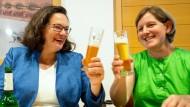 """Andrea Nahles (links) beim Bierchen: Ihre möglichen Wähler sehen die SPD-Vorsitzende gerne bei solchen Stammtischen mit den """"einfachen"""" Leuten."""