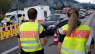 Bayerische Polizisten an der Kontrollstelle Kiefersfelden an der A93: Laut einem Gutachten ist das verfassungswidrig
