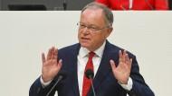 Ministerpräsident Weil hier während der Debatte zum Umgang mit Rechtsextremisten im Landtag.