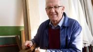 Hobby-Heimwerker Kretschmann im Keller seines Hauses