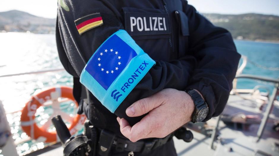 Ein Bundespolizist im März 2016 im Frontex-Einsatz an Bord des Streifenboots Uckermark im Hafen der Insel Samos