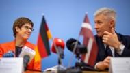 Annegret Kramp-Karrenbauer (CDU), Verteidigungsministerin, bei einer Pressekonferenz in Riga mit ihrem Amtskollegen Artis Pabriks, Verteidigungsminister von Lettland.