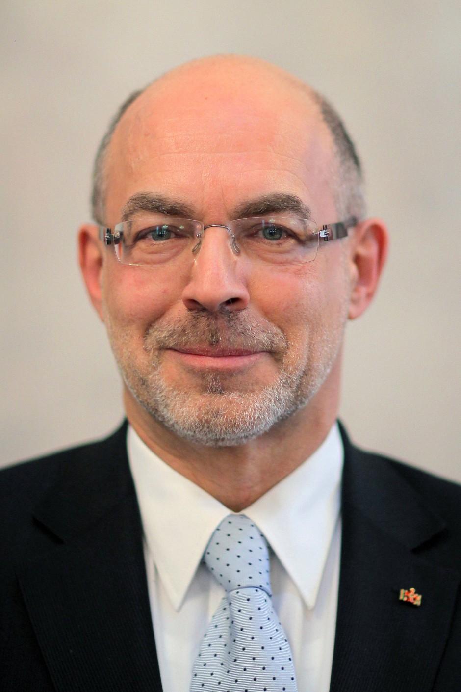 Dieter Bingen ist Politikwissenschaftler und Zeithistoriker; er leitete von 1999 bis 2019 das Deutsche Polen-Institut.