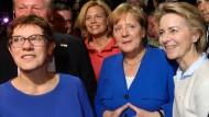 Merkel mit ihren Kronprinzessinnen: Annegret Kramp-Karrenbauer (li.) und Ursula von der Leyen (re.). Im Hintergrund hält sich Julia Klöckner bereit.