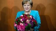 Geburtstagsstrauß vom Kabinett: Angela Merkel bekommt von ihren Ministern ein Blumenbouquet zum Geburtstag.