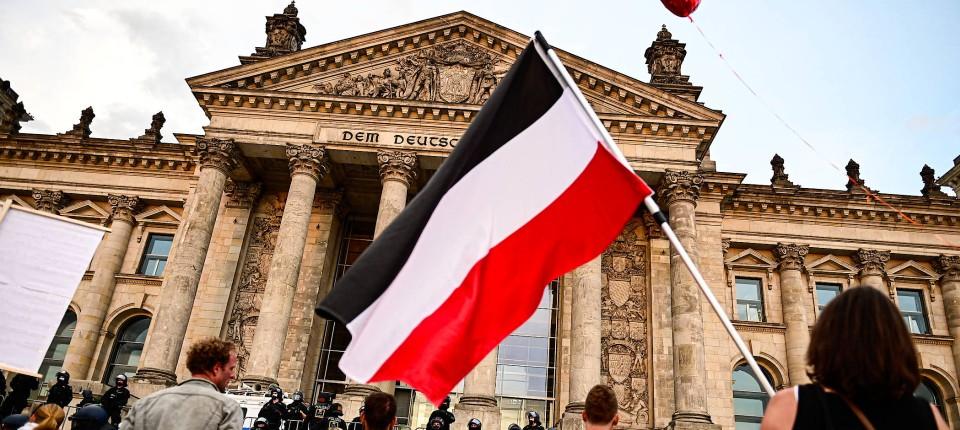 Teilnehmer einer Corona-Demo mit einer Reichsflagge vor dem Bundestag