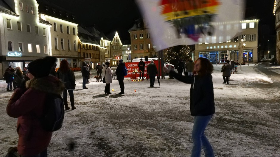 Bis die Regierung den Lockdown beendet: Jeden Abend demonstrieren Kritiker der Corona-Politik auf dem Rathausplatz in Schwäbisch-Gmünd.