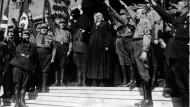 Eröffnung der Nationalsynode in Wittenberg, 1933. Landesbischof Ludwig Müller (der spätere Reichsbischof) beim Hitlergruß