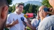 hemdsärmelig: Markus Söder auf dem Weg nach Linz