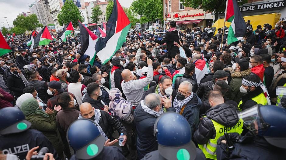 Demonstrationsteilnehmer am Freitag bei einer pro-palästinensischen Kundgebung in Berlin-Kreuzberg