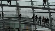 """""""Absolute Transparenz"""" erleben dieser Tage nicht nur die Besucher der Reichstagskuppel – bei dem Hack-Angriff sind vor allem politische Persönlichkeiten Opfer des Angreifers."""