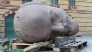 """Der Kopf des 1991 demontierten Berliner Lenin-Denkmals in der Zitadelle Spandau für die Ausstellung """"Enthüllt. Berlin und seine Denkmäler"""""""