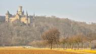 Ein royales Abenteuer, das für Meinungsverschiedenheiten in Niedersachsens Regierung und in der Familie der Welfen sorgt: Die Marienburg bei Hannover.