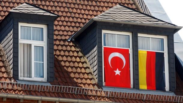 Fußball EM Euro 2008 - Deutsch-türkische Fahnen, Fähnchen, Flaggen an Häusern, Autos, Motorrädern und Fahnenmasten und am Straßenrand.