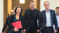 """Einander """"keine Bekenntnisse"""" abverlangt:  Ramona Pop (Grüne), Klaus Lederer (Die Linke) und der Regierende Bürgermeister Michael Müller (SPD)"""