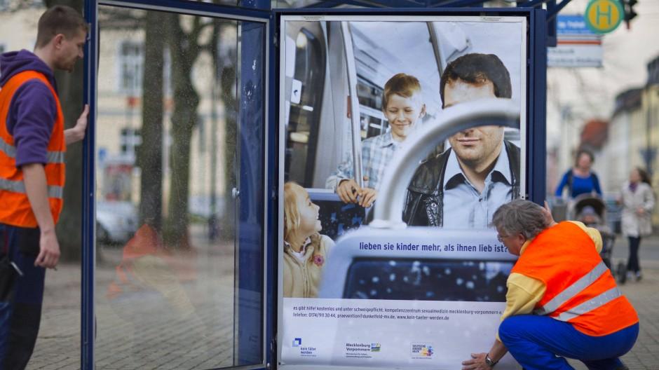Anderes Bewusstsein: Plakataktion zur Hilfe gegen Pädophile 2013 (nicht nur) in Schwerin