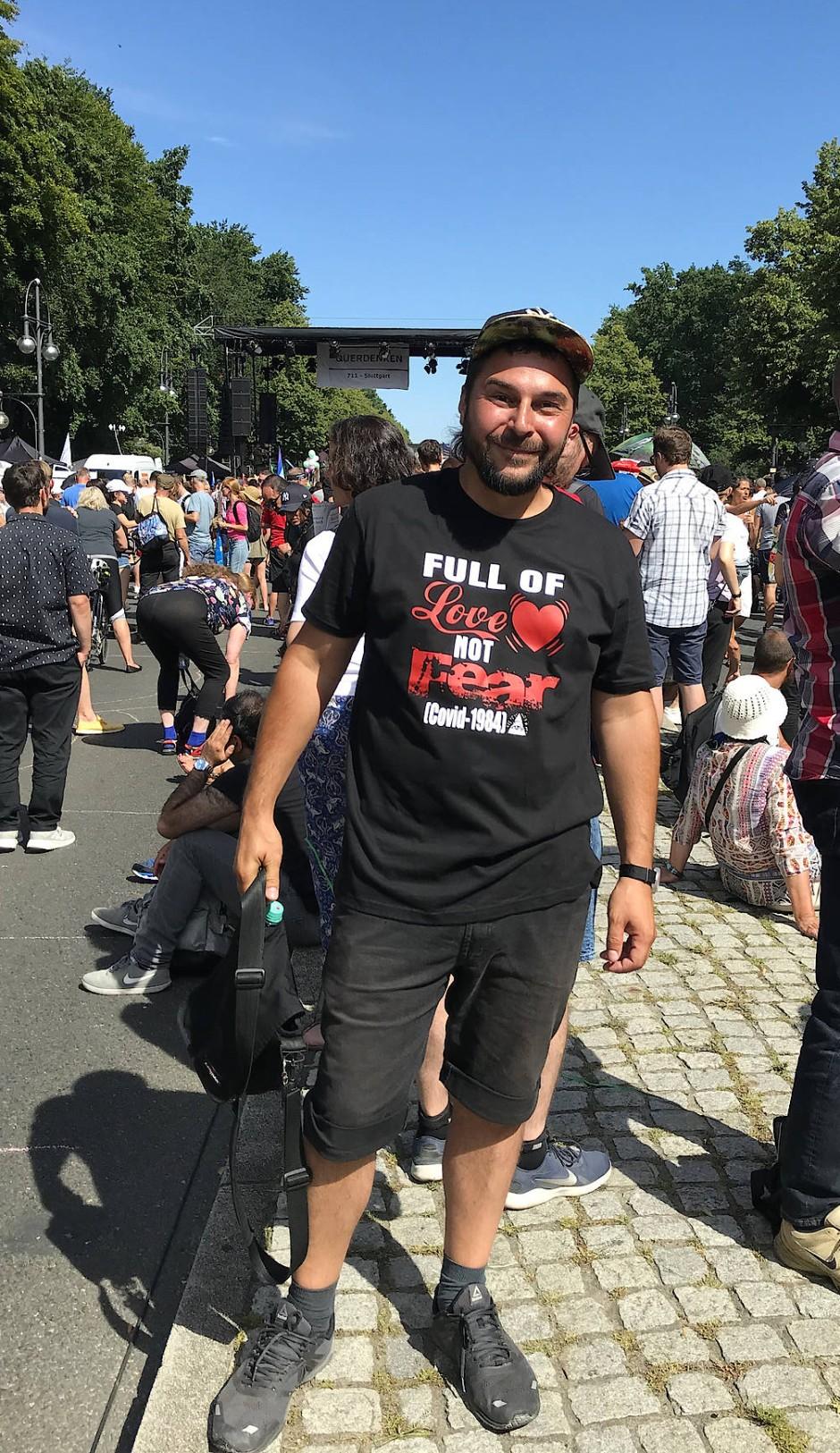 """""""Full of Love, not Fear"""" skandiert das T-Shirt von Andreas, der in Berlin gegen die Corona-Auflagen auf die Straße geht."""