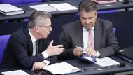Herr Leise und Herr Laut: De Maizière und Gabriel im Bundestag.