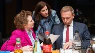 FDP-Generalsekretärin Nicola Beer (l.)  und Katja Suding unterhalten sich mit dem Parteivorsitzenden Christian Lindner in Berlin Ende Januar.