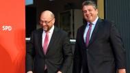 Ob sie noch lange Freunde sind? Martin Schulz will wohl Kanzlerkandidat werden, doch das steht eigentlich dem Parteivorsitzenden Gabriel zu.