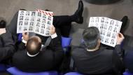 """Der """"Kürschner"""" gibt einen Überblick über alle Abgeordneten und ist der Wegweiser für alle, erst recht die neuen, Volksvertreter im Bundestag."""