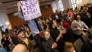 Mittwochabend im Audimax der Humboldt Universität Berlin: Studenten stören den Auftritt des Verteidigungsministers Thomas de Maizière