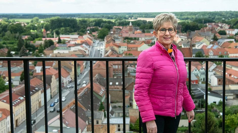 Dietlind Tiemann auf dem Turm der Klosterkirche St. Nikolai in Jüterbog
