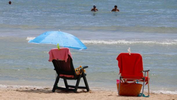 Bundesregierung prüft Verbot von Auslandsurlaub