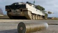 Eine Geschosshülse liegt vor einem deutschen Leopard-2-Panzers auf dem Truppenübungsplatz in Grafenwöhr