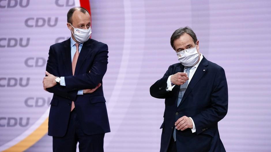 Irritierte mit seiner Forderung an Laschet, ihm einen Ministerposten zu verschaffen, auch seine eigenen Unterstützer: Friedrich Merz (links) und Armin Laschet am Samstag beim CDU-Parteitag in Berlin