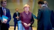 Stets an ihrer Seite: Merkels sicherheitspolitischer Berater Christoph Heusgen (links) lauscht aufmerksam den Ausführungen der Bundeskanzlerin (Aufnahme von 2015)
