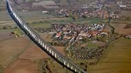 Projekt der Wiedervereinigung: die Unstruttalbrücke bei Karsdorf