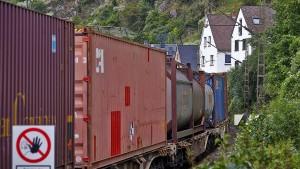 Mehr als 300 Migranten in Güterzügen aufgegriffen