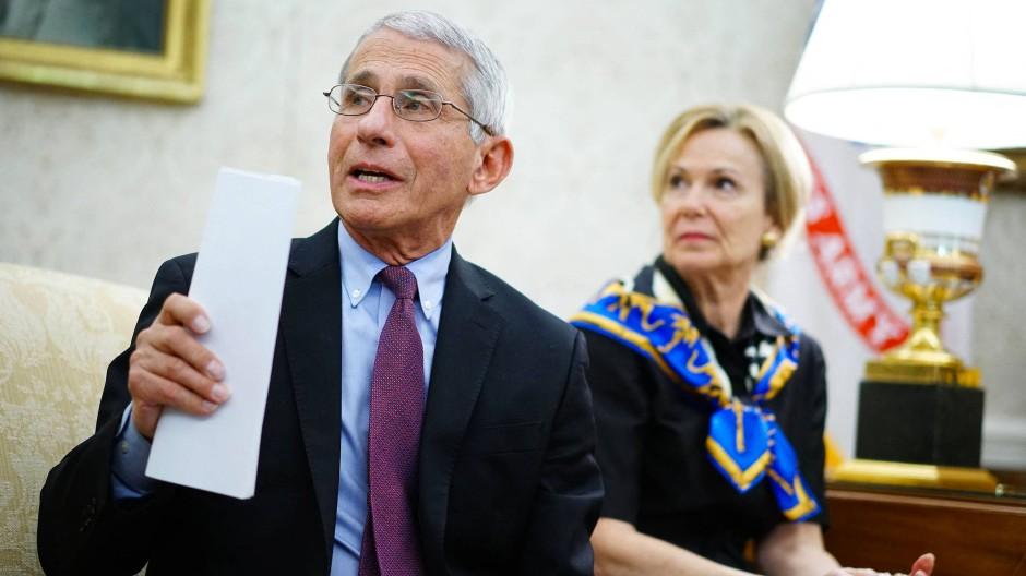 Berieten Trump bei der Virus-Bekämpfung: Anthony Fauci (links) und Deborah Birx im April 2020 bei einem Treffen mit dem damaligen amerikanischen Präsidenten