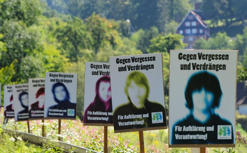 Folgen bis in die Gegenwart: Mahntafeln im Jahr 2011 vor der Odenwaldschule, wo es zu systematischem, massenhaften Kindesmissbrauch durch Pädagogen gekommen war