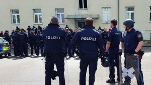 Polizei-Großeinsatz nach Leichenfund in Asylbewerberheim